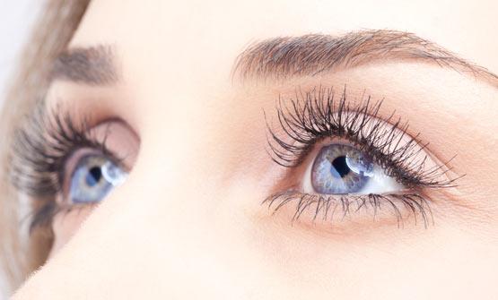 Augen aus der Nähe mit Tränenfilm - Hilfe bei Trockenen Augen